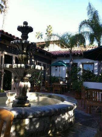 Best Western Plus Hacienda Hotel Old Town: Patio next to the lobby