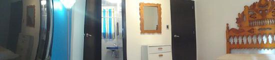 Hostel Inn Zona Rosa : Cama doble, Baño privado, T.V. Vista Calle