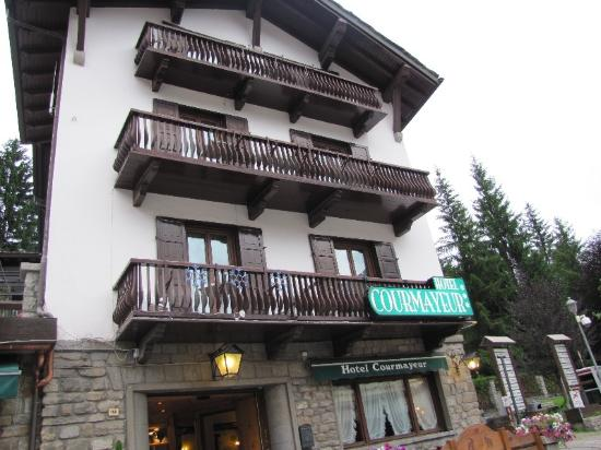 Hotel Courmayeur : The Hotel from Outside