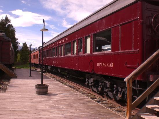 Lake Louise Station Restaurant : Rail cars at Lake Louise Station