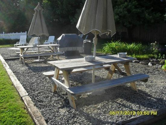 The Coast Village Inn & Cottages: Picnic/BBQ area near pool