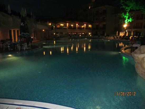 Grifid Hotels Club Hotel Bolero: Pool at night