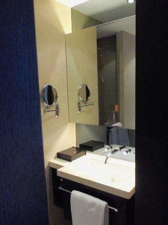Crystal Orange Hotel: The bathroom of room 8332