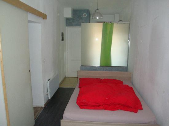 La Livree Du Palais: Dormitorio con el baño detrás