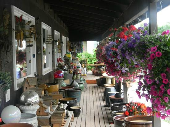 The Catskill Mountain Country Store and Restaurant: Lovely flowers and other goods on the porch