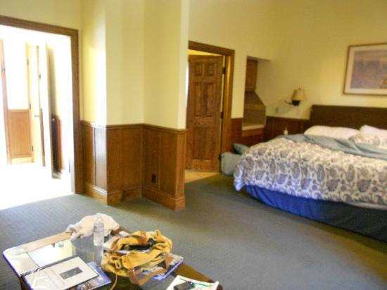 Lighthouse Lodge & Cottages: Bedroom - carpet dirty and old furnishings