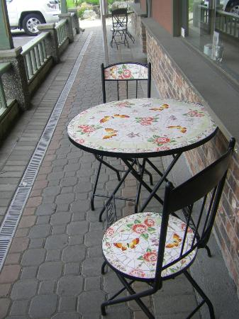 Little Vienna Bakery Cafe & Marketplace: Two bistro tables at the front