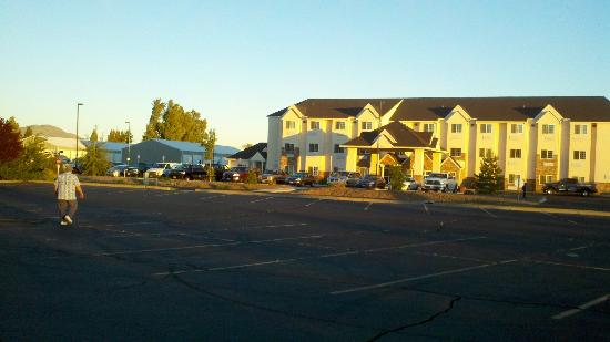 Microtel Inn & Suites by Wyndham Klamath Falls : we were walking back from the bowling alley that has the best hamburgers.