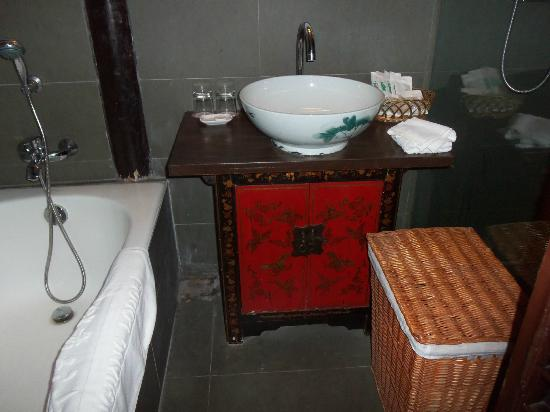 Pingjiang Lodge: Large, well-appointed bathroom