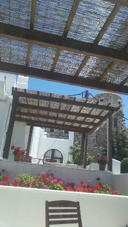 Chateau Zevgoli: au fond le balcon de l'autre suite qui donne sur le balcon collectif