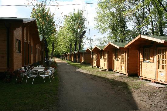 Camping Rialto : Large Cabins on Left, Small Cabins on Right
