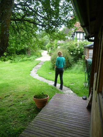 Farthing Corner Bed & Breakfast: Bath from garden room to front lawn