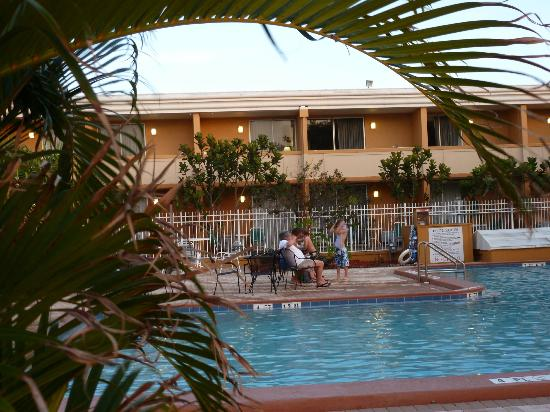 PG Waterfront Hotel & Suites: Pool