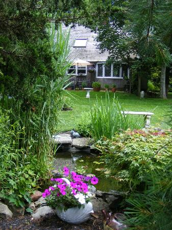The Country Place: Pond and main building, peaceful greenery everywhere 