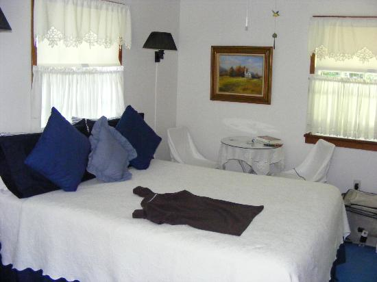 The Country Place: Bright, cheerful and oh so confortable bedroom