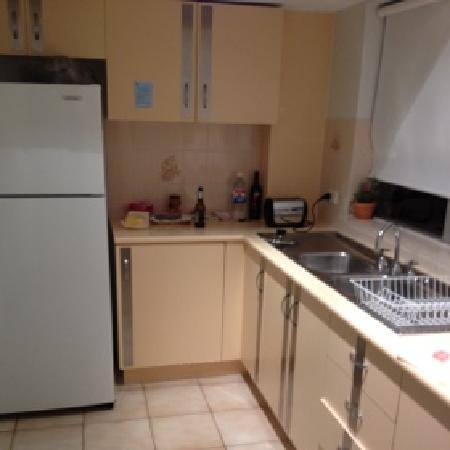 Tradewinds Holiday Apartments: kitchen