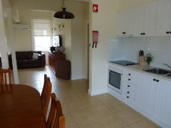 Flagstaff Hill Lighthouse Lodge: Kitchen and sitting area
