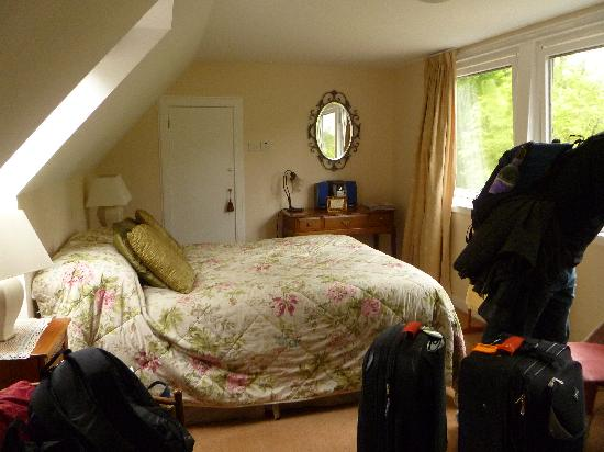 Ghillies Lodge: Our Room-the other door is the bathroom