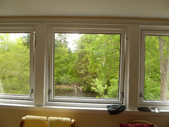 Ghillies Lodge: Large Bay Windows