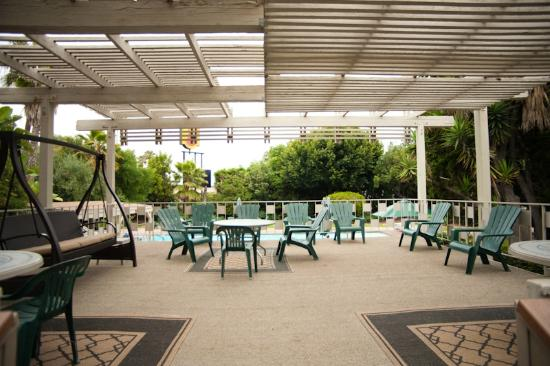 Super 8 by Wyndham Long Beach: Deck area