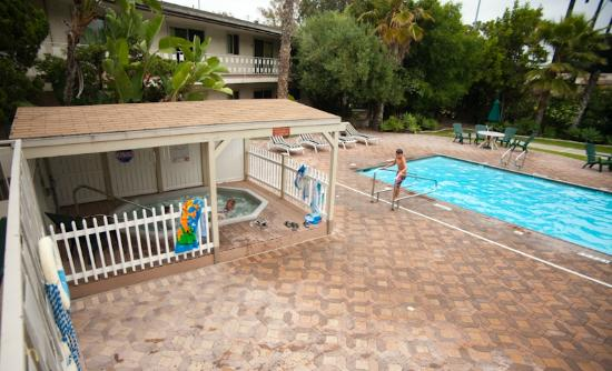 Super 8 by Wyndham Long Beach: Hot Tub