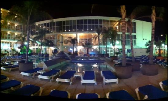 H·TOP Platja Park : night time drinks round the pool