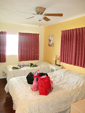 Delacado on Treasure Island: bedroom with twin & double (shabby curtains)