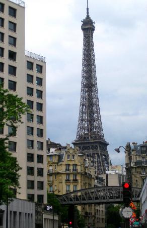 Hotel Exposition Tour Eiffel: Justo al salir a mano izquierda del hotel y girando la primera a la derecha... voila!! =)
