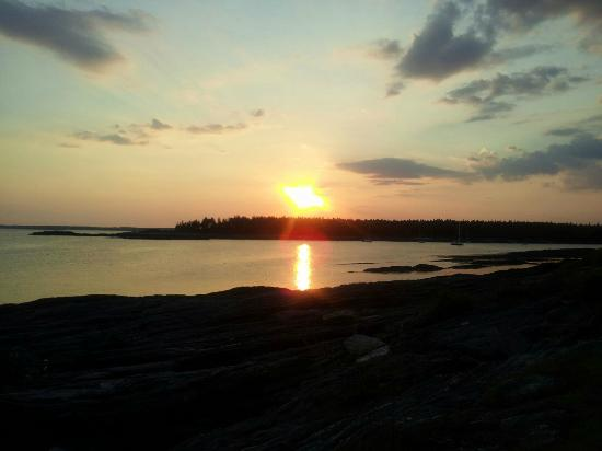 Rock Gardens Inn: Sunset in Casco Bay