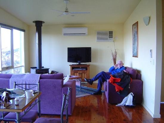 Burnt Creek Cottages: Cosy and well appointed living area