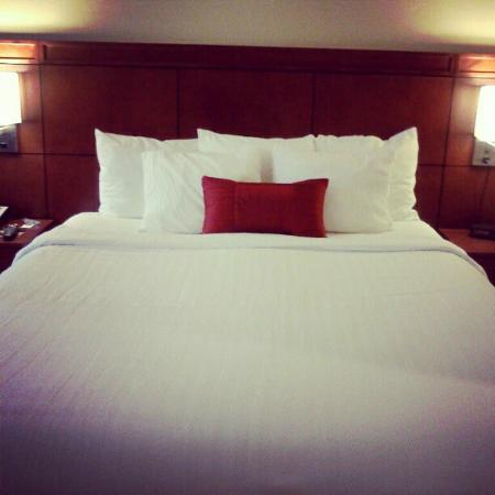 Courtyard Waterbury Downtown: Nice queen size bed, very comfy! :)