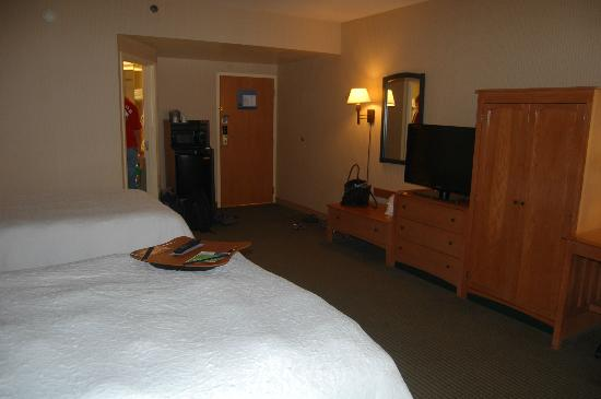 Hampton Inn Middletown: Oversized room 200