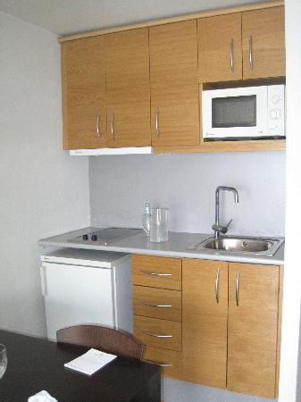 Hesperia Fira Suites: Kitchen
