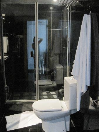 Hesperia Fira Suites: Bathroom