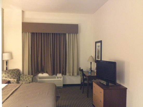 Best Western Legacy Inn & Suites : tall ceilings, thin walls