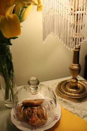 Old Church House Inn: Fresh cookies and flowers!