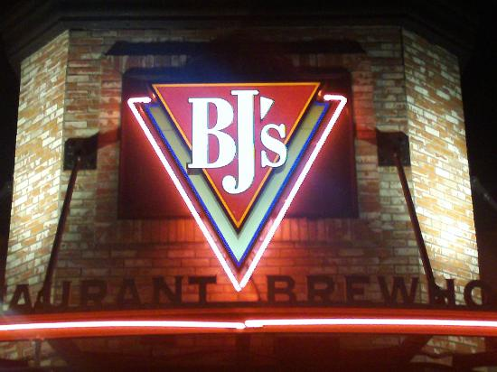 BJ's Restaurant & Brewhouse: Front of Resturant.
