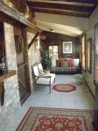 Sheldon St. Lodge: Front Lobby