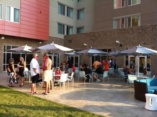 SpringHill Suites Chattanooga Downtown/Cameron Harbor: Patio that overlooks the Tennessee River at the Springhill Suites Chattanooga Downtown