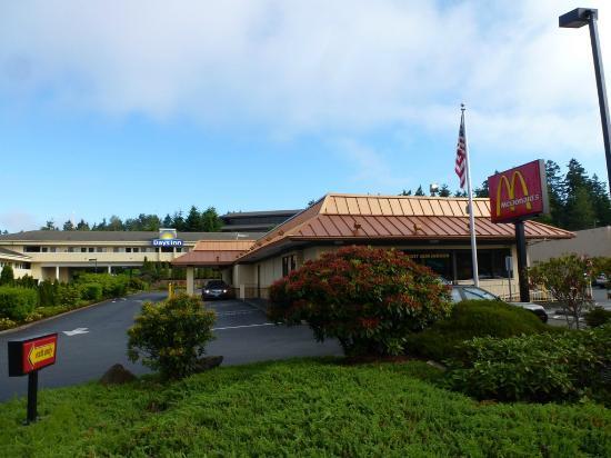 Days Inn Bellevue Seattle : Days Inn Bellevue - Room 266 - MacDonalds in the car park