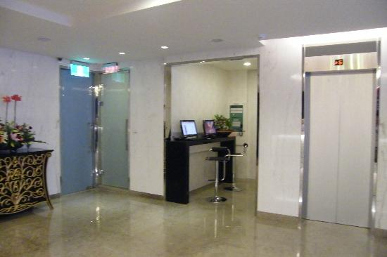 "Ximen Citizen Hotel Main Building: Lobby with Small ""Business Centre"""