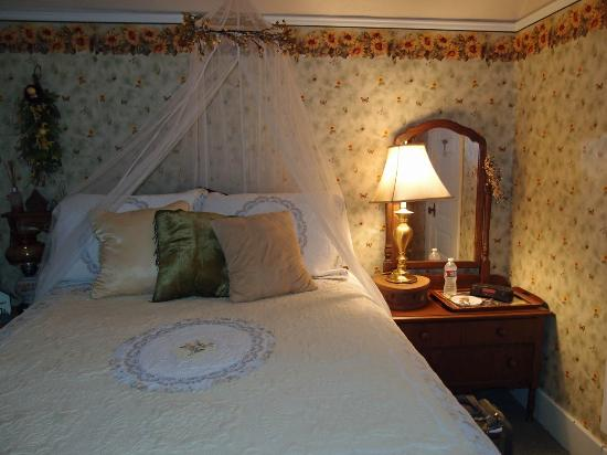 3rd Street Nest Bed & Breakfast: My room; comfy bed; not the snack tray on dresser!