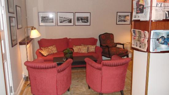 Hotel Royal Gothenburg: One of the two lobby sitting areas. Newspapers, areas to relax and coffee and cake. Very welcom