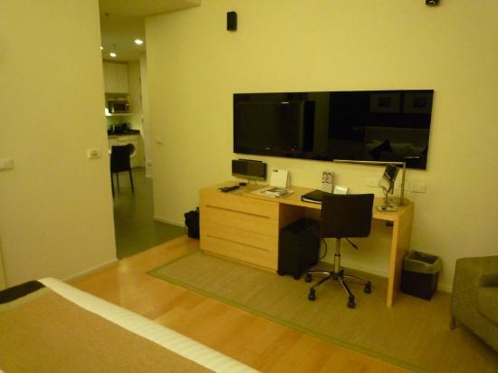 Somerset Sukhumvit Thonglor Bangkok: テレビが少し近すぎるが、仕事はし易い。