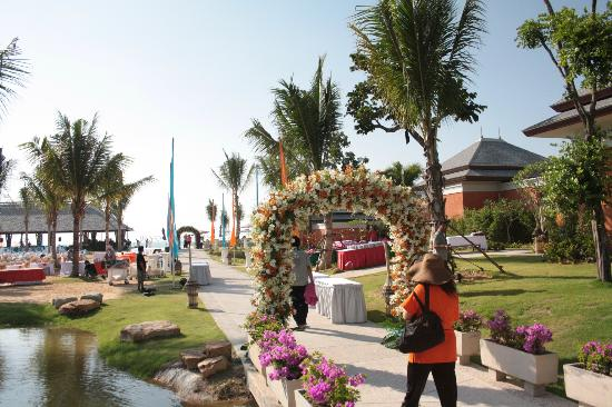 Beyond Resort Khaolak: Blick von der Anlage zum Strand