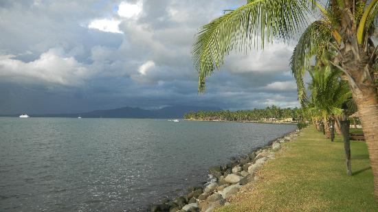 Sheraton Denarau Villas: Water side walk