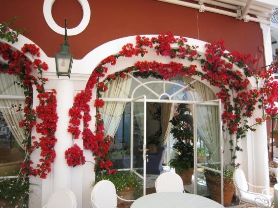 Le Sirenuse Hotel: Bourgainvillea festooned every wall