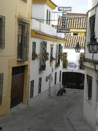 Hostal Alcazar : Ingresso dell'hostal (dove c'è la moto)