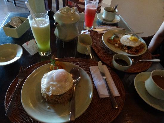 Green Field Hotel and Bungalows: 朝食(ナシゴレンとミーゴレン)