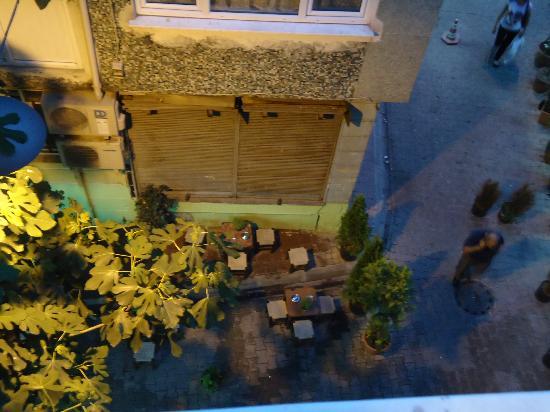 Melita Hotel: Стульчики, на которых по вечерам сидят местные мужчины и пью чай